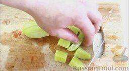 Гаспачо (холодный томатный суп): Огурец почистить и разрезать пополам, затем половинку разрезать на 8 частей.