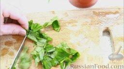 Гаспачо (холодный томатный суп): 2/3 части базилика нарезать.