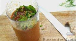 Гаспачо (холодный томатный суп): Отправить базилик в чашу блендера и влить еще 50 г томатного сока.