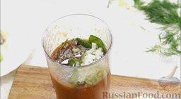 Гаспачо (холодный томатный суп): Половину лука мелко нарезать и добавить в чашу. Влить оливковое масло (20 г) и винный уксус (20 г). Туда же добавить ароматный укроп.
