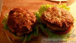 Чизбургер: Собрать все подготовленные ингредиенты воедино. Для этого смазать нижнюю часть булочки соусом, выложить лист салата, сверху поместить помидор, лук и котлеты.