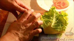 Чизбургер: Затем выложить сыр и еще один лист салата. Накрыть все второй частью бургера, предварительно смазав ее соусом.