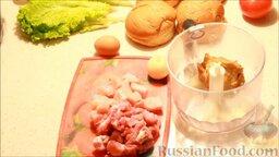 Чизбургер: Лук почистить. Хлеб замочить в молоке, затем отжать от жидкости и поместить в чашу блендера.