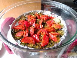 Остренькие баклажаны в аэрогриле: Когда овощи начнут румяниться и станут мягкими, положите сверху ровный слой томатов и выпекайте еще 7-10 минут.