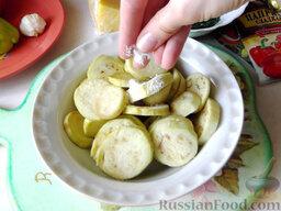 Остренькие баклажаны в аэрогриле: Разрежьте их на круги толщиной 0,5 см и щедро притрусите солью, затем оставьте их полежать в соли, пока вы будете подготавливать другие ингредиенты.