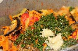 Аджапсандали (тушеные овощи): Выдавливаем чеснок, закрываем емкость крышкой, проводим тушение овощной смеси еще несколько минут.