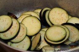 Аджапсандали (тушеные овощи): В толстостенную чугунную сковороду или емкость наливаем масло. Забрасываем немного подсушенные кружочки баклажанов. Периодически переворачиваем их, чтобы не пригорели и не стали неприятно горькими.