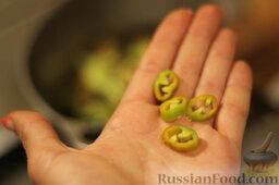 Аджапсандали (тушеные овощи): Режем колечками перец чили, забрасываем его к овощам.