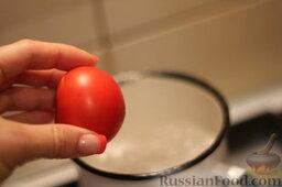 Аджапсандали (тушеные овощи): Кипятим воду для бланширования помидоров. Держим в кипятке минуту, очищаем томаты от ненужной грубой кожицы.