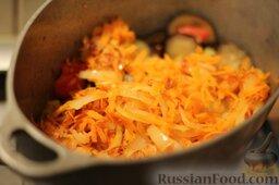 Аджапсандали (тушеные овощи): Добавляем лук и поджаренную морковь к баклажанам с томатами. Все периодически перемешиваем и тушим минут 5.