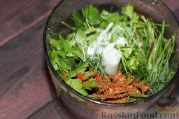 Аджапсандали (тушеные овощи): Перемалываем зелень, соль, приправы в блендере.