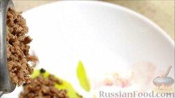 Пирог с двумя начинками: с брынзой и мясным фаршем: Готовое сваренное мясо и лук перекрутить через мясорубку.