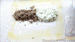 Пирог с двумя начинками: с брынзой и мясным фаршем: Выложить две начинки на раскатанное тесто.