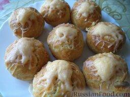 Печенье на рассоле: Пока печенье еще не остыло, посыпьте его тертым сыром. Затем охладите и подавайте печенье на рассоле к столу.  Приятного аппетита!