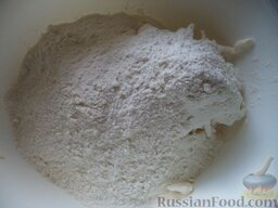 Печенье на рассоле: Просейте муку, добавьте в миску.