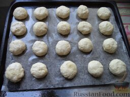 Печенье на рассоле: Включите духовку.   Разделайте из теста небольшие шарики (размером с мандарин), уложите их на противень.