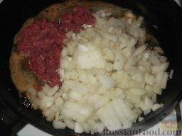 Патиссоны фаршированные: Разогреть сливочное масло. На сковороде с небольшим количеством растопленного масла обжарить мясо вместе с луком. Жарить нужно помешивая, на среднем огне, примерно 20 минут.