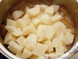 Картофель тушеный как гарнир: Всыпать нарезанный кубиками картофель, перемешать, закрыть крышкой и тушить до готовности (20 минут при слабом кипении).