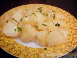 Картофель тушеный как гарнир: Тушеный картофель посыпать зеленью петрушки. Такое блюдо - хороший гарнир к жареной колбасе, шницелю.