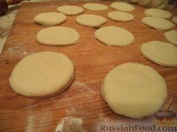 Пирожки с повидлом: Сверху накрыть другим кружком и слепить пирожки (достаточно просто прижать пальцем края).