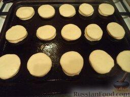 Пирожки с повидлом: Противень смазать маслом, выложить пирожки.