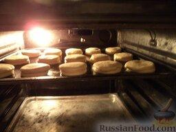 Пирожки с повидлом: Поставить противень в духовку на среднюю полку.