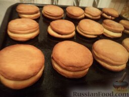 Пирожки с повидлом: Выпекать пирожки с повидлом до золотисто-коричневого цвета (15-20 минут) при температуре 180 градусов.