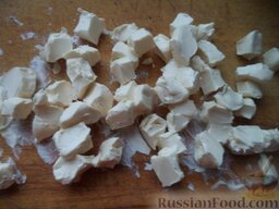 Пирожки с повидлом: Маргарин нарезать кусочками.