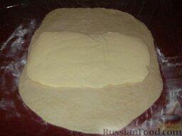 Основной рецепт слоеного дрожжевого теста: Подошедшее дрожжевое тесто замесить, раскатать в прямоугольный пласт и положить сверху пласт маргарина.