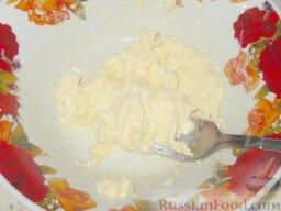 Крем творожный: Взбить сливочное масло до пышной массы.
