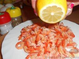 Салат из креветок с картофелем, яйцами и горошком: Очистить от панциря креветки, сбрызнуть лимонным соком.