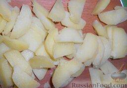 Салат из креветок с картофелем, яйцами и горошком: Картофель почистить. Вареный картофель нарезать ломтиками и высыпать в глубокую ёмкость.