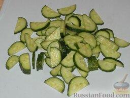 Салат из помидоров с тресковой печенью: Как приготовить салат с печенью трески и помидорами:  Вымыть огурцы, нарезать ломтиками.