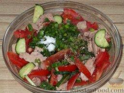 Салат из помидоров с тресковой печенью: В салат добавить мелко нарезанный зеленый лук, соль, перец.