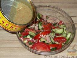 Салат из помидоров с тресковой печенью: Заправить оставшимся тресковым жиром (3-4 ст. ложки). Перемешать салат.