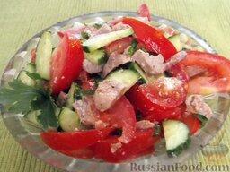 Салат из помидоров с тресковой печенью: Выложить салат из тресковой печени в салатник.  Готовый салат с печенью трески можно украсить зеленью петрушки.