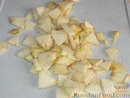 Салат из консервированного тунца с яблоками и сельдереем: Нарезать ломтиками очищенные от кожицы яблоки (лучше антоновские).
