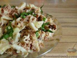 Салат из консервированного тунца с яблоками и сельдереем: Салат из консервированного тунца выложить в салатник, при желании украсить зеленью.