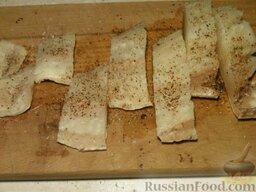 Треска жареная: Филе трески нарезать на куски, посыпать солью, перцем.