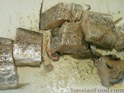 Треска тушеная: Как приготовить треску тушёную:    Треску нарезать на куски, посолить (1 щепотка), посыпать перцем (1 щепотка).