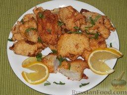 Минтай, жаренный в тесте: Минтай жареный уложить на блюдо, украсить лимоном и зеленью.    Подавать минтай в тесте можно с жареным картофелем и сливочным маслом,