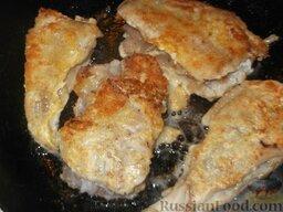 Минтай жареный по-калининградски: Затем, когда образуется румяная корочка, перевернуть рыбу, накрыть сковороду крышкой и готовить минтая еще 5 минут. Хрустящий минтай с луком  готов.   Точно также готовить остальные кусочки, если они не поместились на одну сковороду. Подливать масло по мере необходимости.