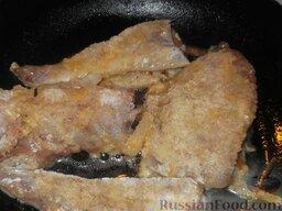 Минтай жареный по-калининградски: На сковороде разогреть 2 ст. ложки растительного масла. Подготовленную рыбу обжарить на растительном масле на небольшом огне. Сначала 7 минут с одной стороны.