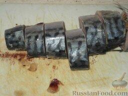 Скумбрия (минтай), запеченная в сметанном соусе: Как приготовить скумбрию в сметане с картошкой (минтай в сметане с картошкой):    Рыбу разделать: очистить от внутренностей и головы. Вымыть.    Разделанную тушку рыбы нарезать на порции.