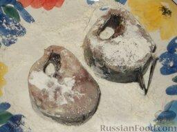 Скумбрия (минтай), запеченная в сметанном соусе: Запанировать в муке.