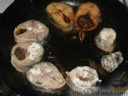 Скумбрия (минтай), запеченная в сметанном соусе: Разогреть растительное масло. Рыбу обжарить на растительном масле до румяной корочки. Сначала 3 минуты с одной стороны, а затем еще 3 минуты с другой стороны.