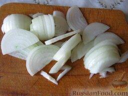 Плов с курицей: Морковь и лук почистить и помыть. Лук нарезать полукольцами.