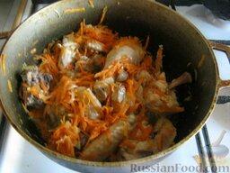 Плов с курицей: Добавить морковь, перемешать и жарить несколько минут.
