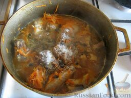 Плов с курицей: При необходимости влить немного горячей воды. Добавить приправы и пряности по вкусу, немного посолить. Перемешать.