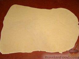 Тесто для мант: Затем тесто на манты тонко раскатать скалкой в пласт толщиной 1-2 мм.
